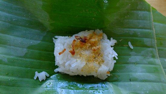 Lamphun, Thailand: ข้าวเหนียวหน้ากุ้ง ที่มีให้หยิบทานตอนเช้า