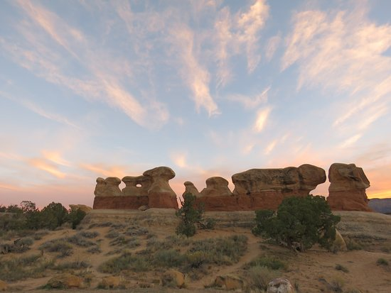 Эскаланте, Юта: A view of hoodoos from the parking lot at sunset.