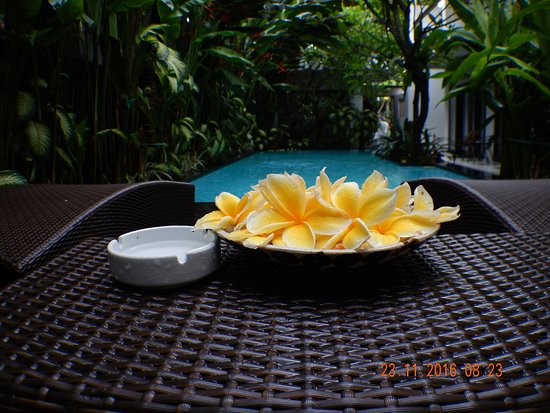 The Pavilion Hotel Kuta: daily flowers at pool side chirs