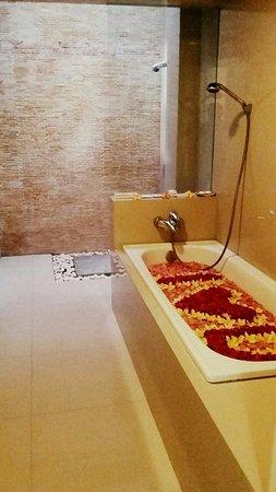 Bugan Villas: romantic bathtub