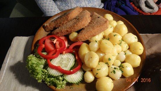 Nitra, Slovakia: Жареный сыр с картофелем.