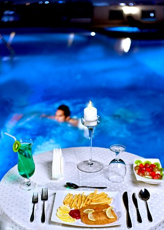 Corp Executive Hotel Doha Suites: Swimming Pool!