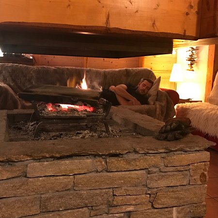 Saint-Martin-de-Belleville, França: Welcomed back to Chalet Kimberley after a day on the snow with a warm, cosy ambience, and a cold