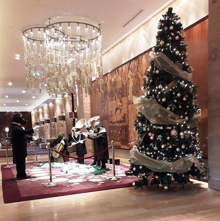 Metropol Palace, A Luxury Collection Hotel : לובי המלון מתכונן לקריסטמס