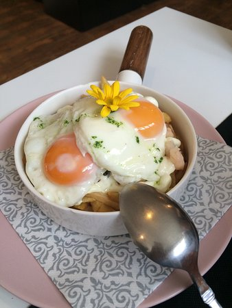 Los Corrales de Buelna, España: Sartén de gulas y gambas con alioli, huevos y patatas