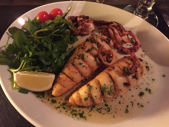Halle, Βέλγιο: Verse calamares gebakken in boter met look en peterselie