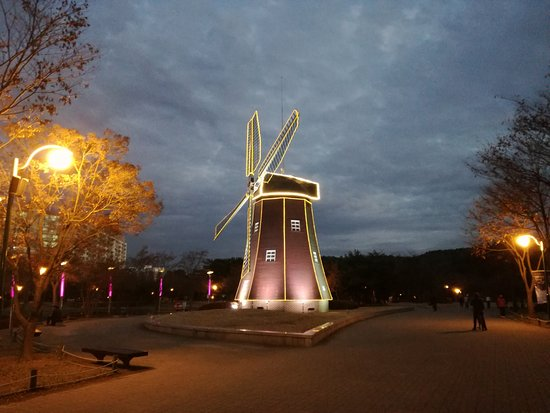 Ulsan Grand Park Mill by night...