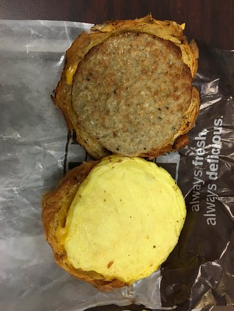 Penfield, Nowy Jork: Tim Hortons - croissant with egg, sausage and cheese (opened up)