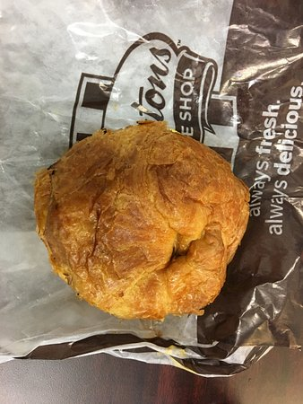 Penfield, Nowy Jork: Tim Hortons - croissant with egg, sausage and cheese (assembled)