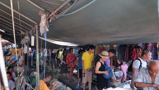Самут-Сонгкрам, Таиланд: พอรถไฟพ้นผ่าน กลับมาเป็นตลาดดังเดิม