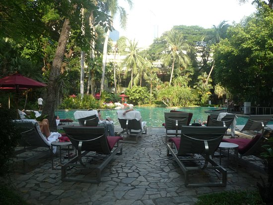 Swissotel Nai Lert Park: relax by the pool