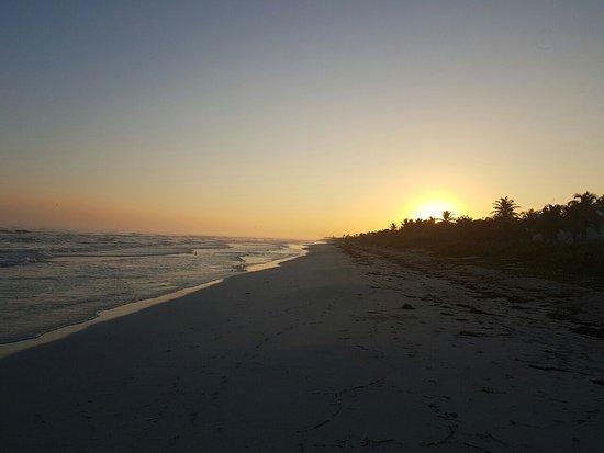 El Cuyo, เม็กซิโก: Amanecer en la playa