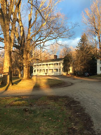 New Marlborough, MA: Crushed stone drive to restaurant and main house