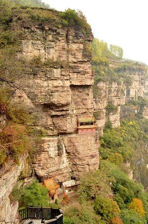 Linzhou, China: Храм на краю скалы.