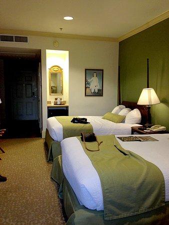 River Street Inn: double queen river front room