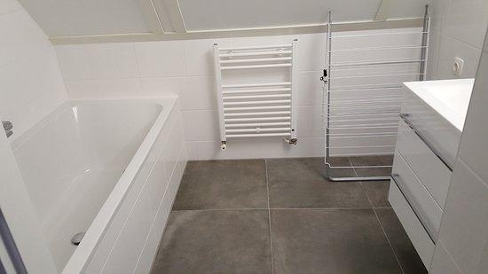 Uitdam, Pays-Bas: Badkamer met ligbad op de bovenverdieping