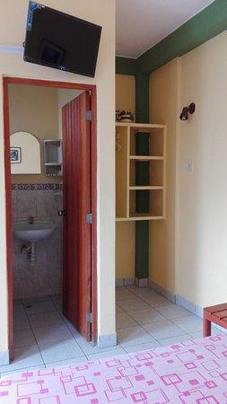 Hostal El Colibri: TV cable y closet.