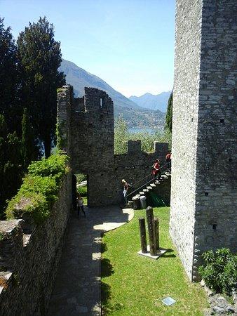 Perledo, Italië: Cortile interno del castello