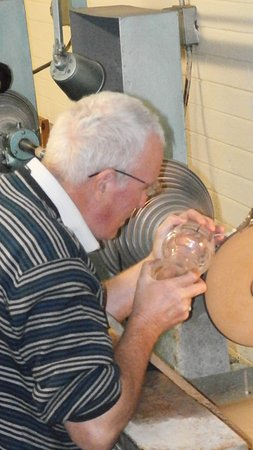 Moycullen, Irlanda: A Connemara Celtic Crystal craftsman cutting a vase.