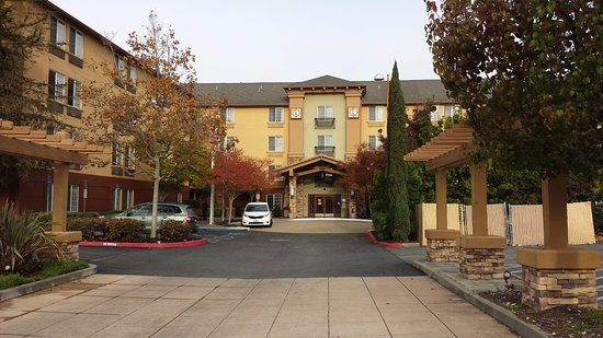 Larkspur Landing Pleasanton: The hotel's entry court. White courtesy van at left.