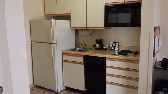 Pleasanton, CA: The well-equipped kitchenette