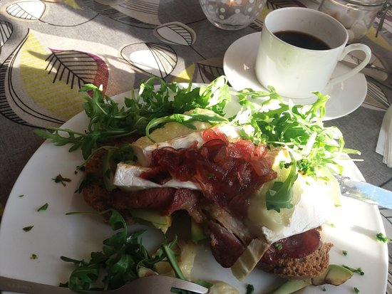 Alfriston, UK: My avocado, brie, bacon, chutney, rocket on toast meal