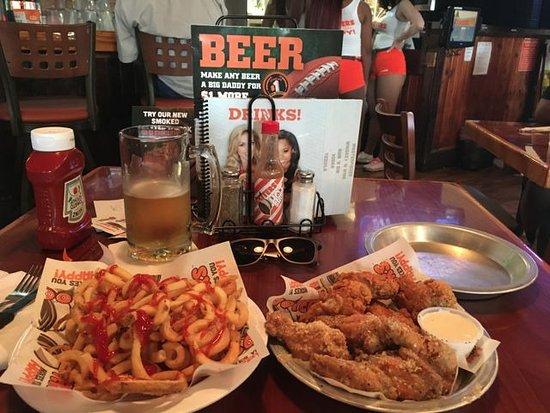 Jonesboro, GA: Alitas, patatas, cerveza, futbol y camareras amables, ¿Qué más se puede pedir?