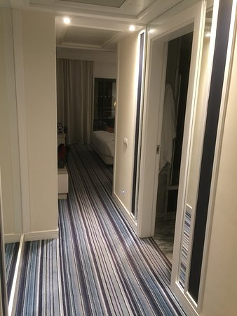 Real Marina Hotel & Spa: front door looking down hall to bedroom, bathroom on