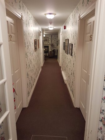 "‪ذا وارنج هاوس: Hall way in the hotel in ""The House Next Door""‬"