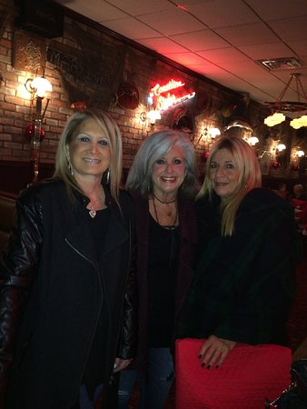 Auburn Hills, Μίσιγκαν: With two of my friends, feeling satisfied and full after a yummy dinner of Crab Legs!
