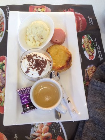 Epinay sur Seine, France: Café gourmand. Ça manque de mousse au chocolat ;)