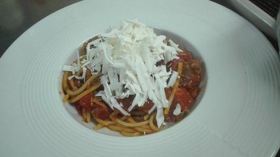 Modugno, Italia: Spaghettone guanciale  ,pomodorini e ricotta salata