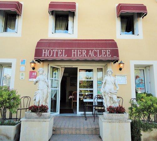 Saint-Gilles, France: L'entrée de l'hôtel. Côté Quais