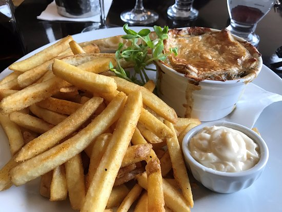 Port Dover, Kanada: Home cut fries with an excellent pie!
