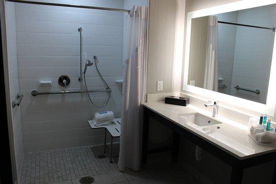 Shawnee, KS: Bathroom