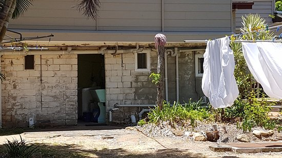 Cooktown, Australia: Back of guest house past which you need to walk to get to meals and pool.