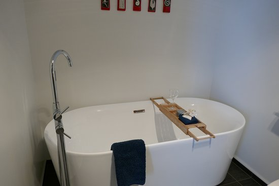 Ohakune, Nueva Zelanda: The soaking tub along with bath salts and a wine glass.