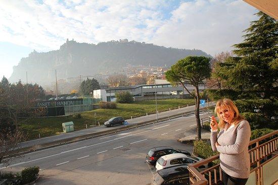Borgo Maggiore, San Marino: sulla cima del monte si vedono le torri di San Marino raggiungibile in 5 minuti di auto.