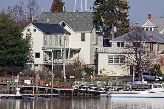 Chesapeake City, MD: This is how the side porch and side Inn look from the canal, see how close we are!