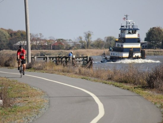 Chesapeake City, Μέριλαντ: Ride your bike along the canal on our 14 mile paved trail