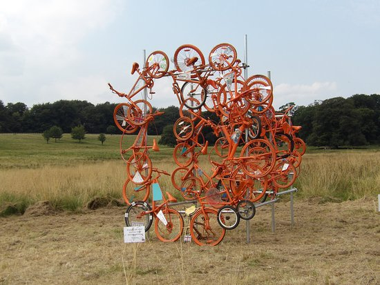 Knutsford, UK: Sculpture ready for the Tour Of Brittain