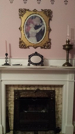 Bristol, Nueva Hampshire: The Sewing Room Fireplace