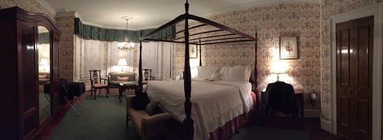 Barksdale House Inn: One of the huge rooms on the first floor
