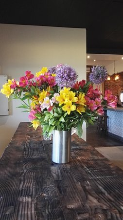 Creswick, أستراليا: Attractive Floral arrangement in the Bar    [November 2016]