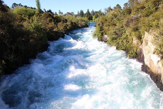 Taupo, Nowa Zelandia: Huak Falls action looking upstream from the bridge