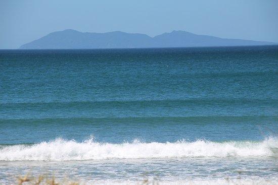 Waihi Beach, Nya Zeeland: View of Mayor Island from the beach