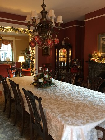 The Lily Inn: Dining room during the Holiday Season. Charming!
