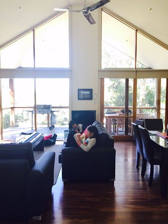 Yering, Australia: Living room with large windows letting in lots of light!