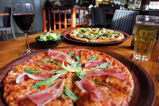 Victoria Park, Australia: Prosciutto Pizza & Creamy Chicken Pizza