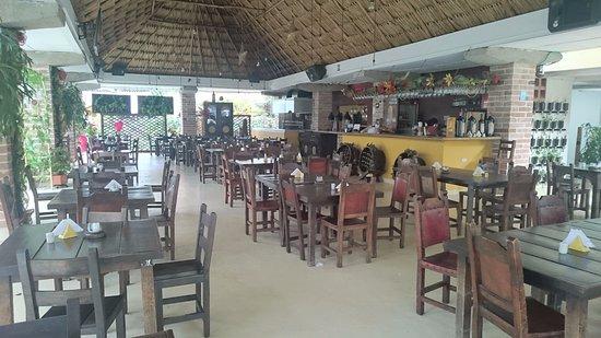 Sabaneta, Kolombia: Amplio espacio, rodeado de plantas, lo que le que permite ealizar grandes celebraciones